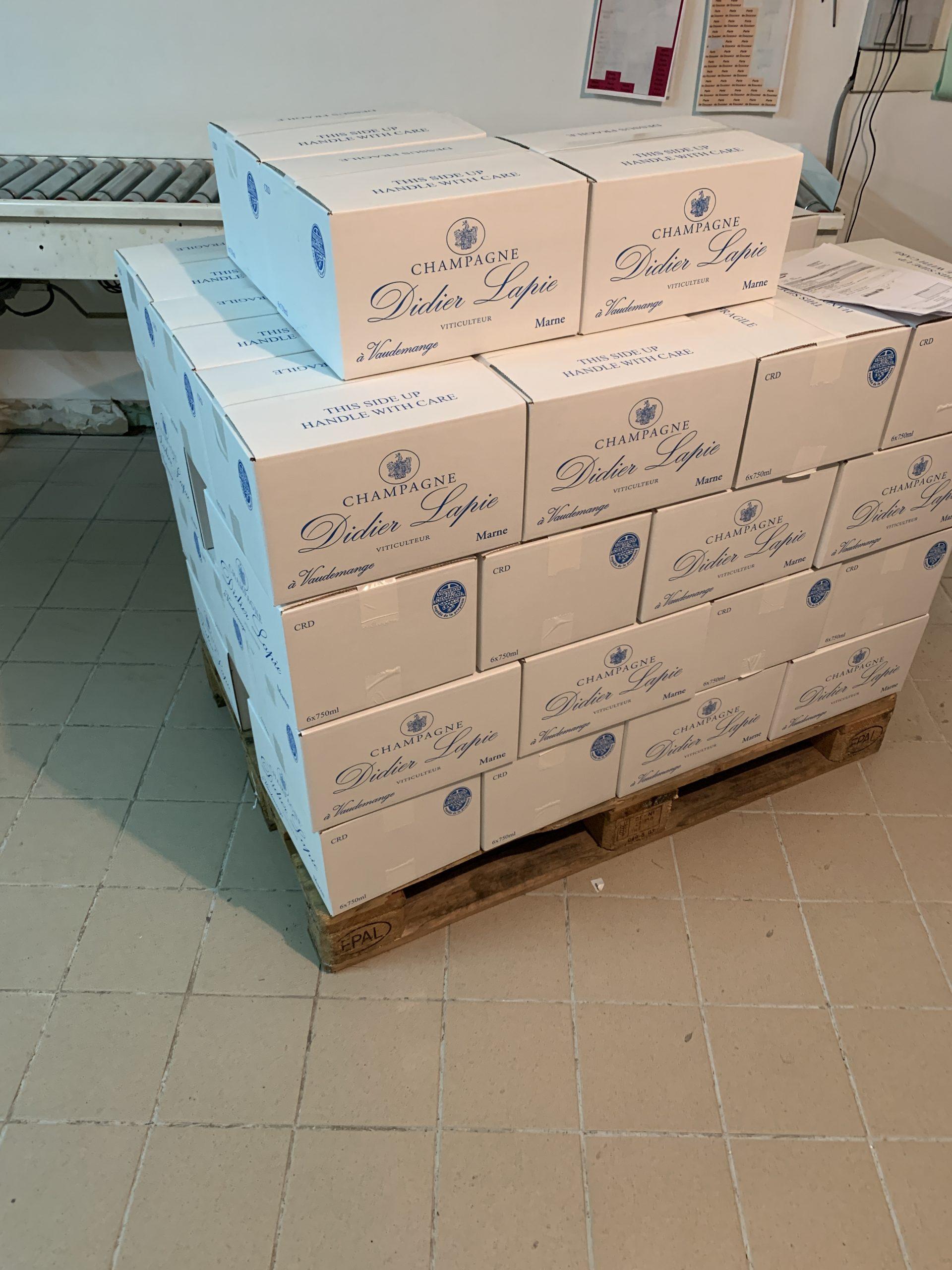 Photographie : Un ensemble de cartons de champagne sur un palette